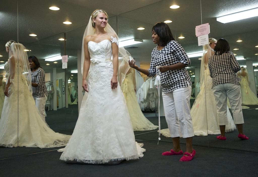 bridal consultant crystal payne helps bride to be cheney ryder 23 of