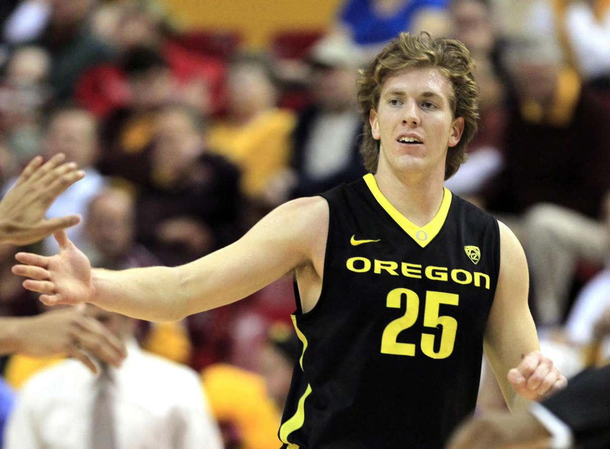 Oregon es E.J. Singler (25) celebrates a dunk during Oregonis 67-58 win over Arizona State on Saturday.