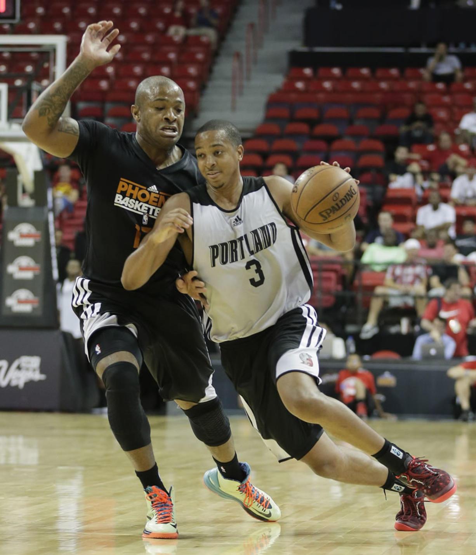 Portland Trail Blazers C.J. McCollum (3) drives against Phoenix Suns P.J.