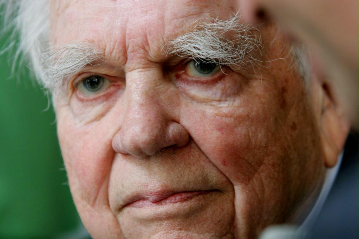 """This Sept. 20, 2005, file photo shows """"60 Minutes"""" commentator Andy Rooney in New York. CBS says  Rooney died Friday, Nov."""
