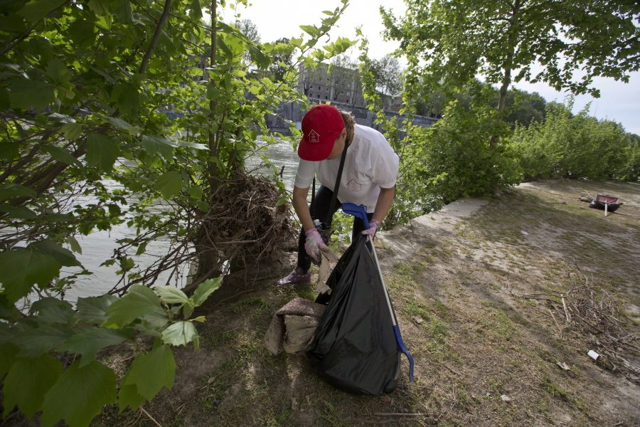 Scandal plagued rome becoming do it yourself city the columbian a volunteer cleans the banks of the tiber river rome as part of the retake rome gathering sunday april 17 2016 tired of waiting years for the city to solutioingenieria Choice Image
