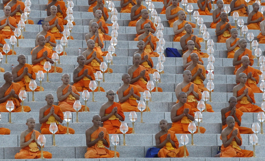Thai Buddhist monks pray and gather at Wat Dhammakaya temple in Pathum  Thani province d50fb44c2