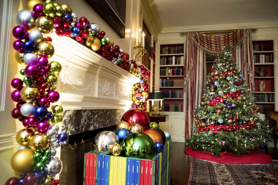 the library of the white house is decorated during a preview of the 2016 holiday decor - Christmas Holiday Decorating Themes