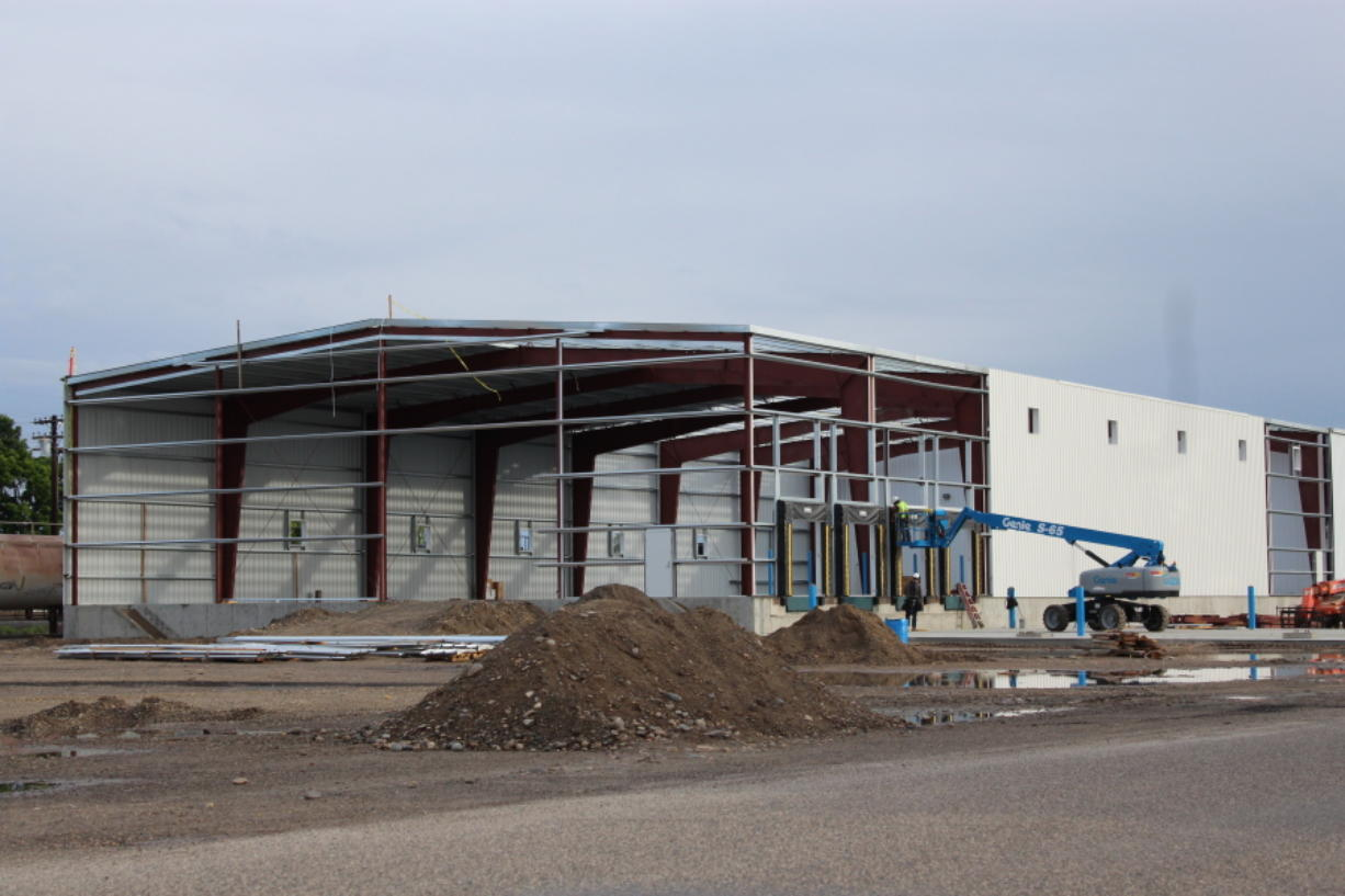 Work continues on the construction of a new facility for product finishing and shipping of onions for the new Baker & Murakami Produce Co. in Ontario, Ore.