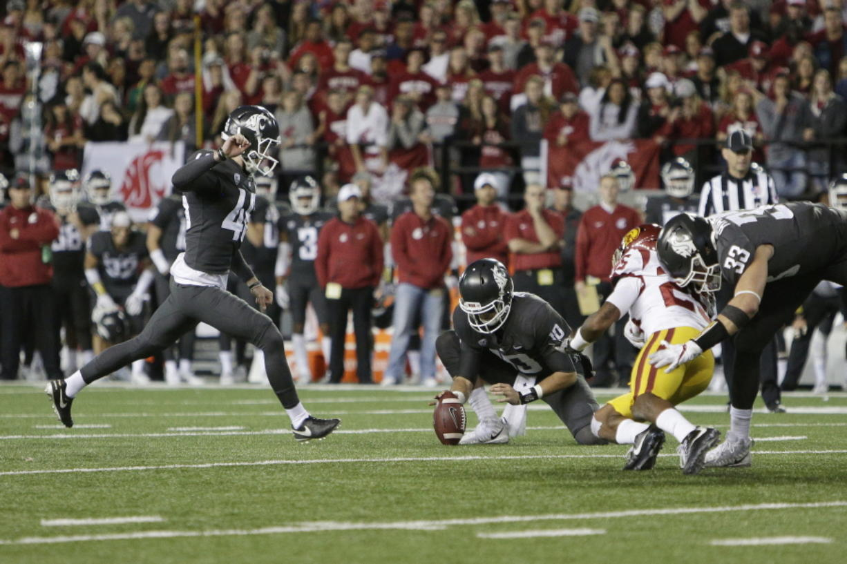 Washington State kicker Erik Powell, left, kicks the go ahead field goal late in the second half of an NCAA college football game against Southern California in Pullman, Wash., Friday, Sept. 29, 2017. Washington State won 30-27.
