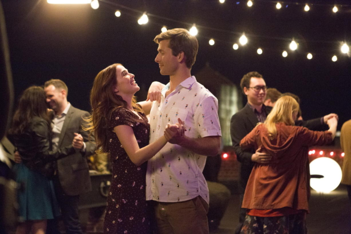 """This image released by Netflix shows Zoey Deutch, left, and Glen Powell in a scene from """"Set It Up,"""" premiering June 15 on Netflix."""