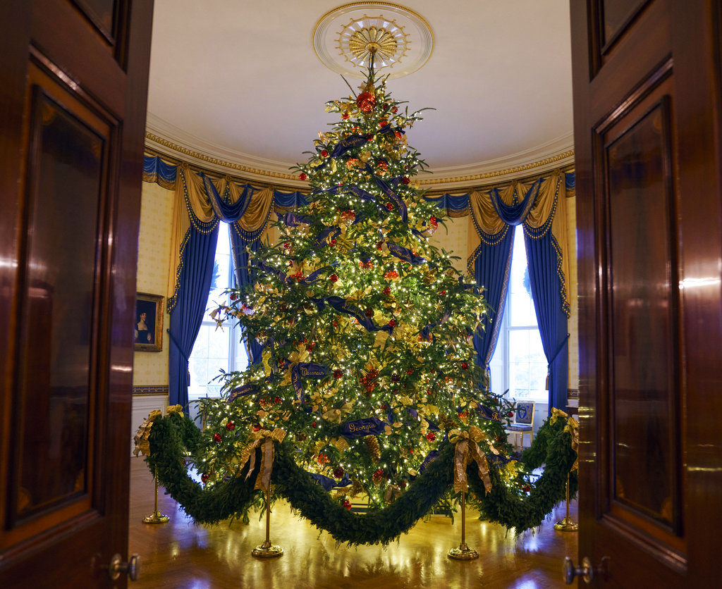Melania Trump White House Christmas Decoration >> Melania Trump unveils White House Christmas decorations   The Columbian