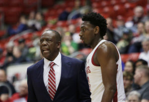 Washington State head coach Ernie Kent, left, speaks with forward Robert Franks Jr. and other player