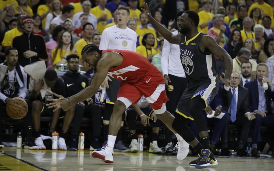 2a0b88398b7 Toronto Raptors' Kawhi Leonard, left, chases a ball as Golden State  Warriors'