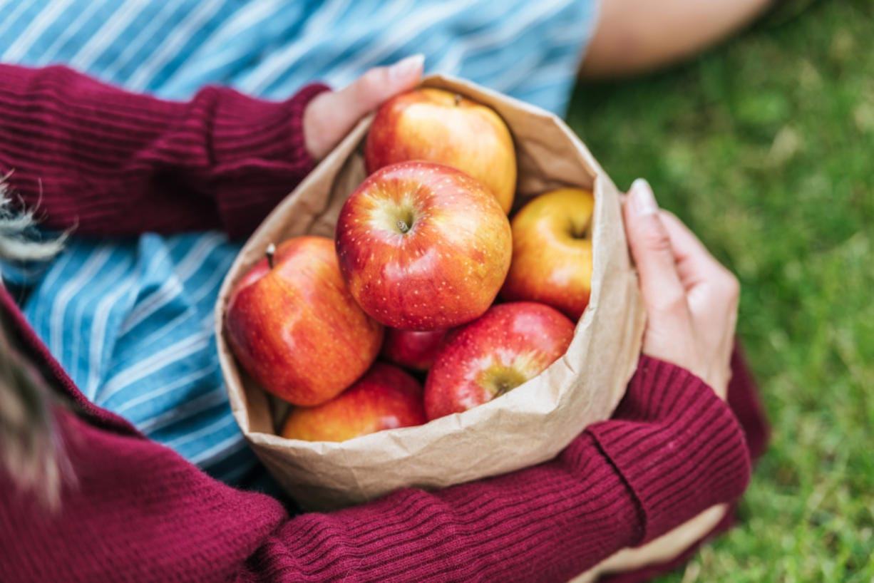 At about 95 calories each, apples contain good amounts of potassium, calcium and fiber.