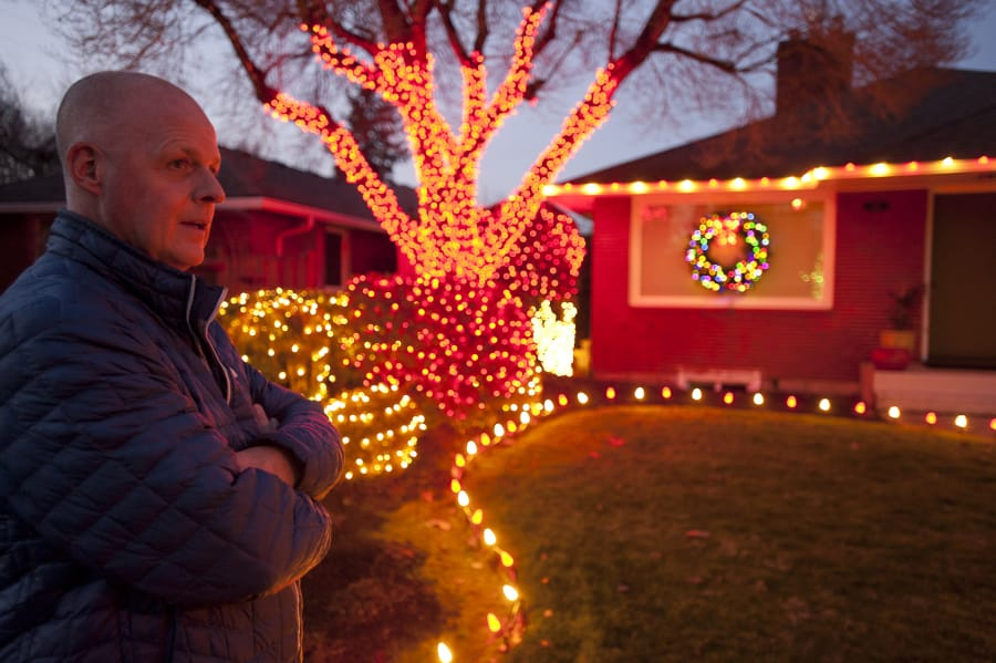Colombian Vancouver Wa Christmas Lights 2021 Christmas Decorating Brings Lincoln Neighbors Together The Columbian