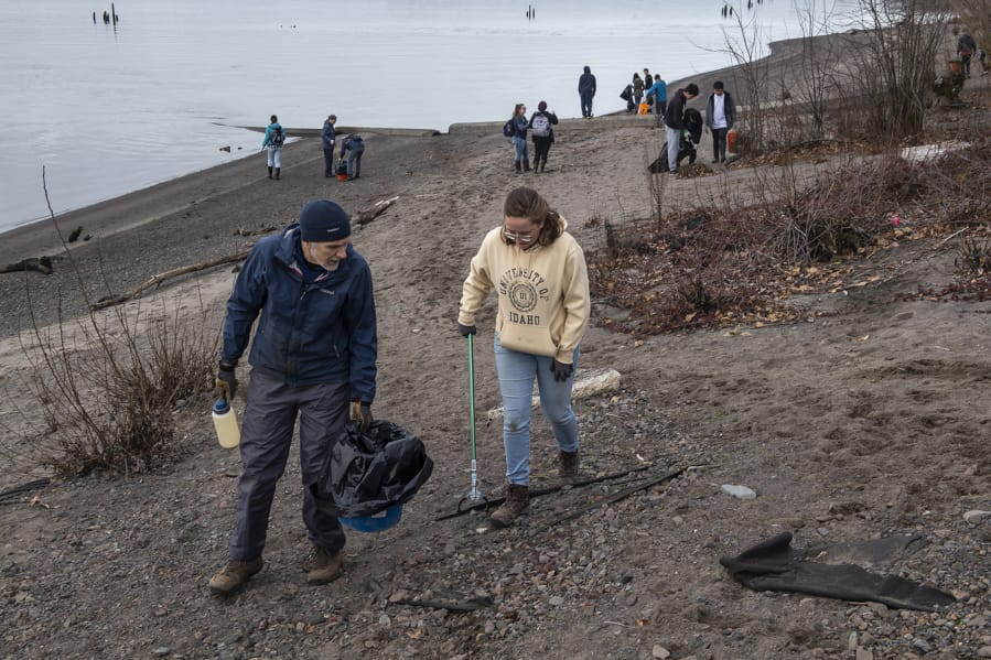 Volunteers roll up sleeves in honor of Martin Luther King Jr. - The Columbian