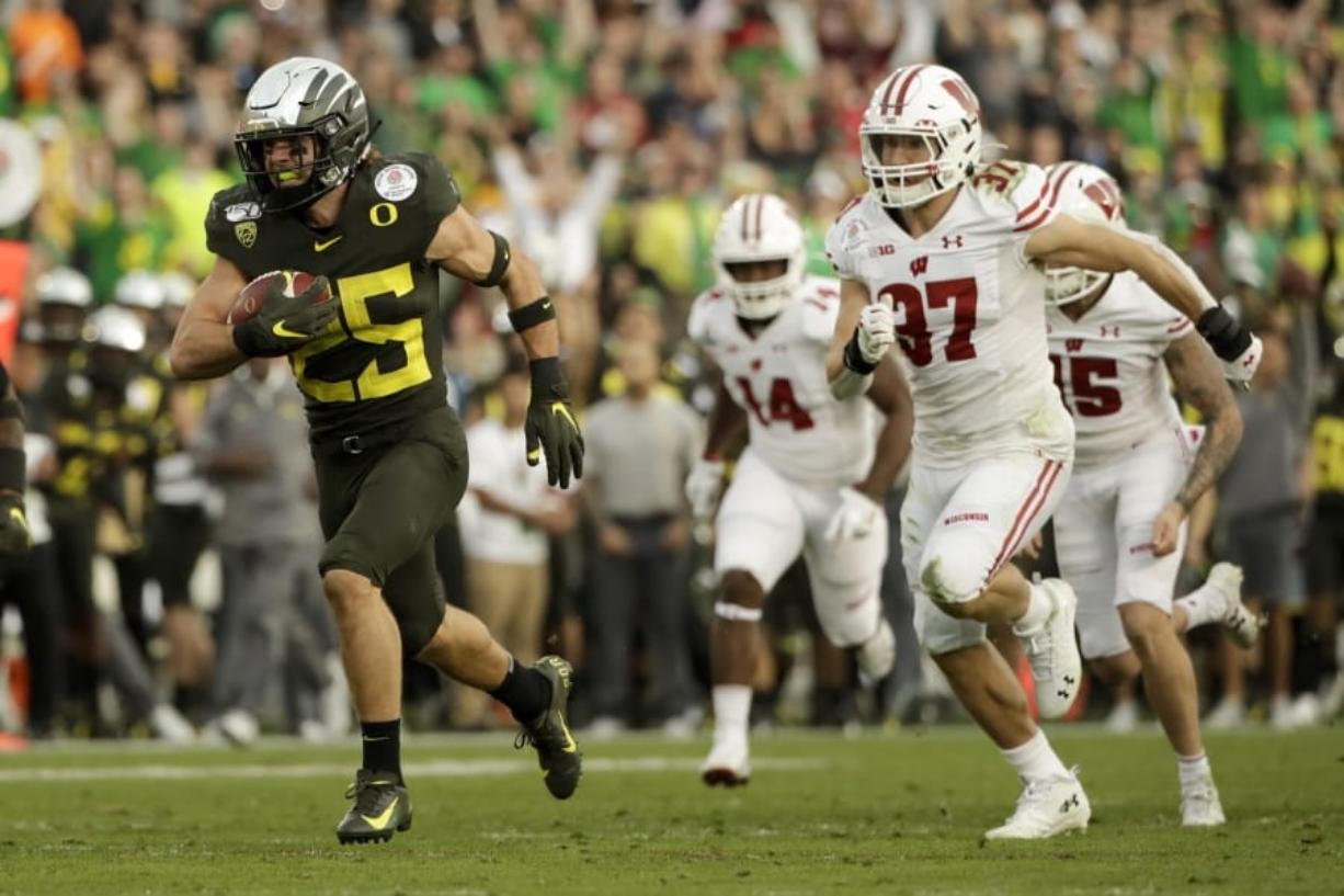 Herbert has 3 TD runs, Oregon beats Wisconsin in Rose Bowl ...