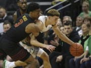 Oregon's Chris Duarte, right, steals the ball from Southern California's Daniel Utomi, back, and Elijah Weaver during the first half of an NCAA basketball game in Eugene, Ore., Thursday, Jan. 23, 2020.