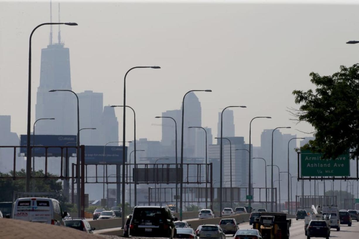 Un dOa contaminado en Chicago con el perfil arquitectOnico de fondo.