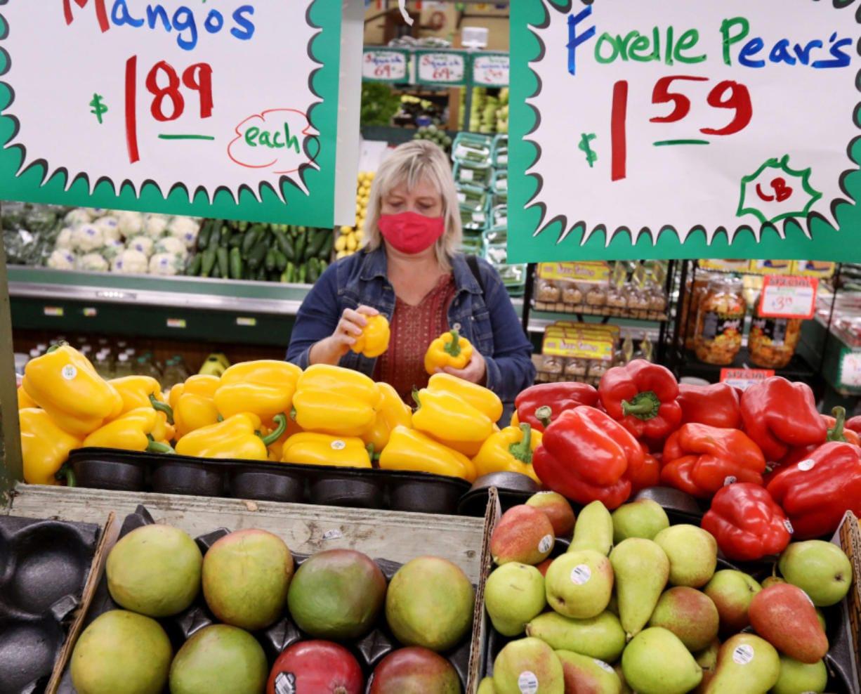 Eva Rosol compra sus alimentos en Nature's Best, en Westmont, Illinois, el 21 de octubre de 2020.