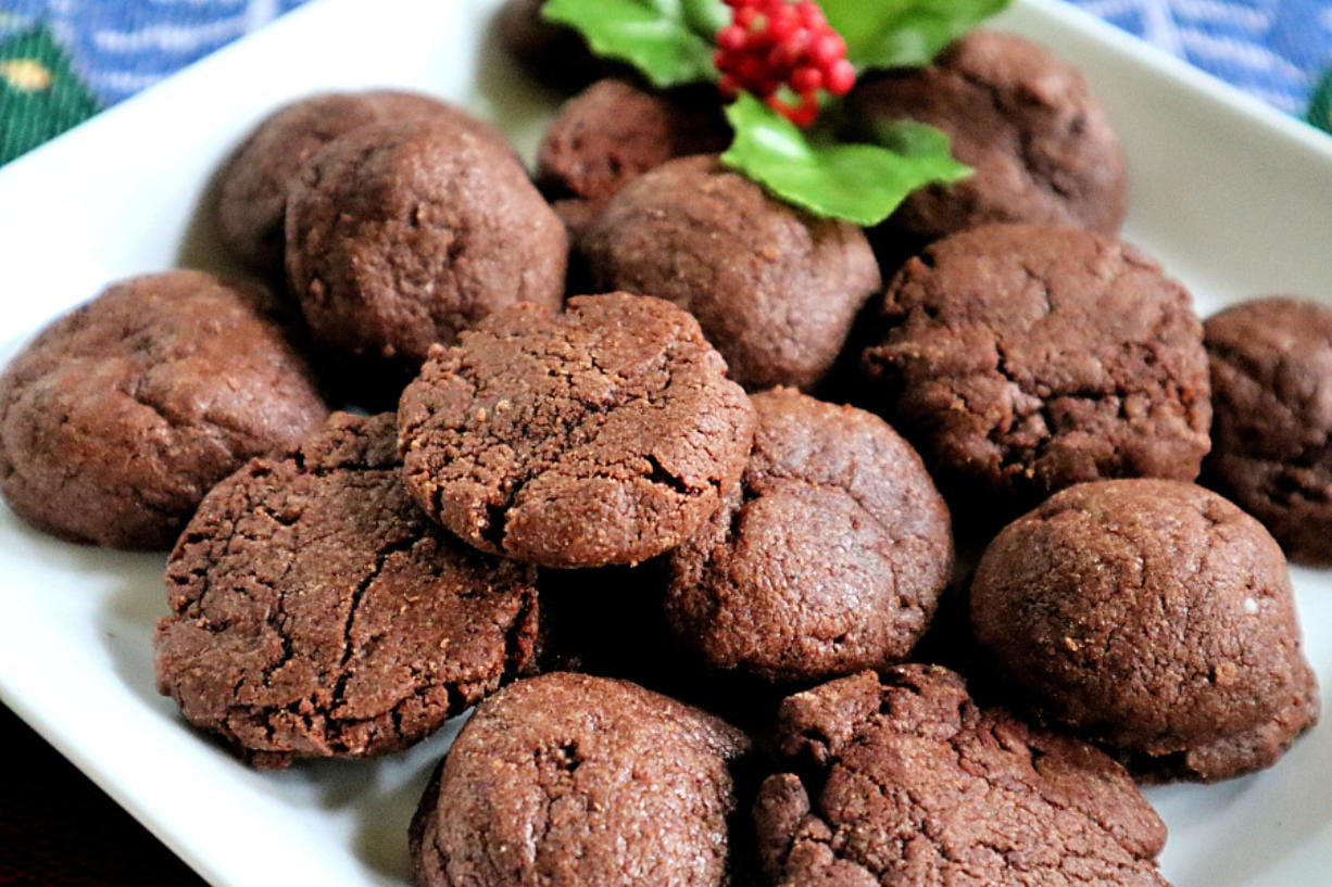 Mexican chocolate Christmas cookies are kissed with cinnamon and a dash of chili pepper.