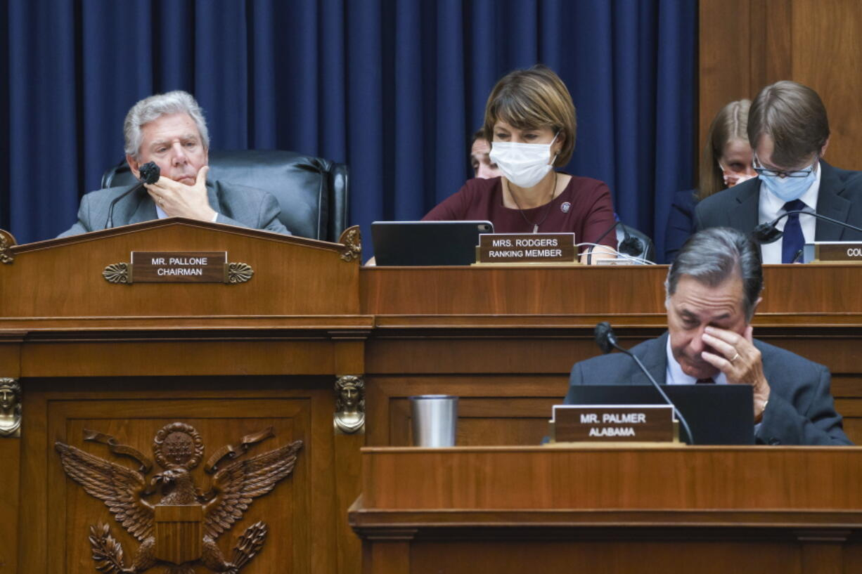 """House Energy and Commerce Chairman Frank Pallone, D-N.J., left, with Rep. Cathy McMorris Rodgers, R-Wash., the ranking member, work on the """"Build Back Better"""" package, a cornerstone of President Joe Biden's domestic agenda, at the Capitol in Washington, Wednesday, Sept. 15, 2021. (AP Photo/J."""