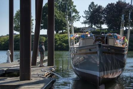 Family boat Corahleen returns to water after restoration video
